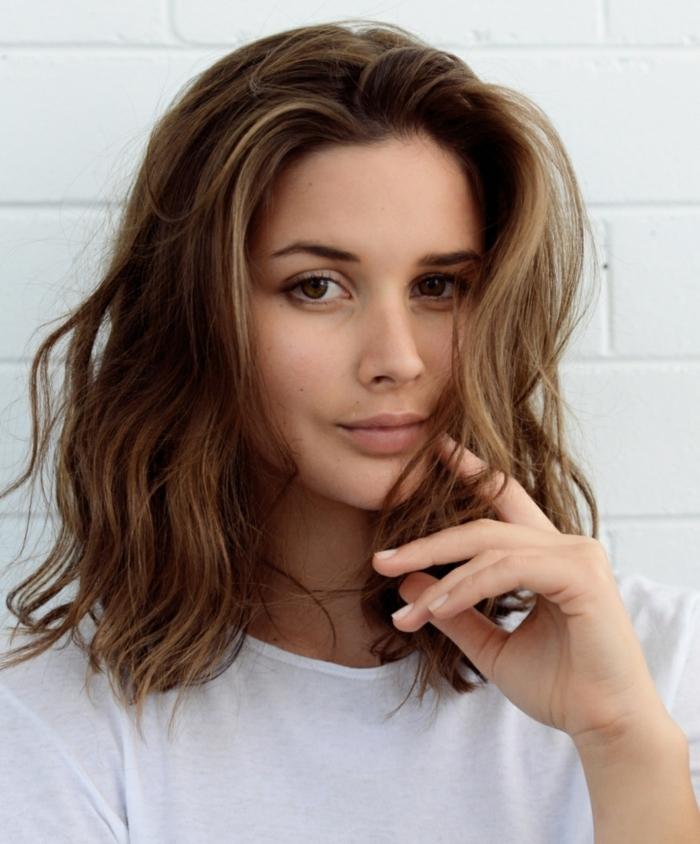 braunes Haar, schulterlange Haare von einem bildschönen Mädchen mit braunen Augen