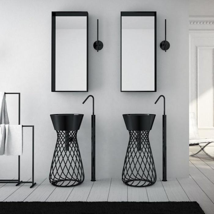 Bad mit schwarzen Möbeln und weiß gestrichenem Holzboden, Möbel im industrial Style, zwei weiße Badetücher, Tuchhalter aus Metall
