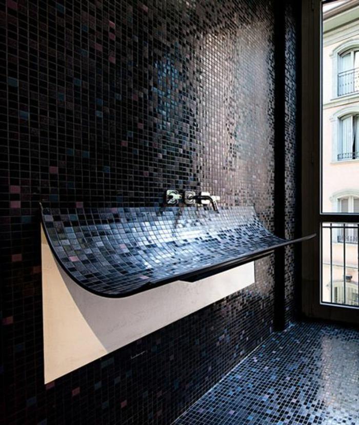 Designer Bad mit schwarzen, dunkelblauen und pinken Wand- und Bodenflisen, Boden und Wand mit Mosaikfliesen in verschiedenen Farben, Badezimmer mit riesigem Fenster bis zum Boden, Badfenster mit Aussicht zum Nachbarhaus