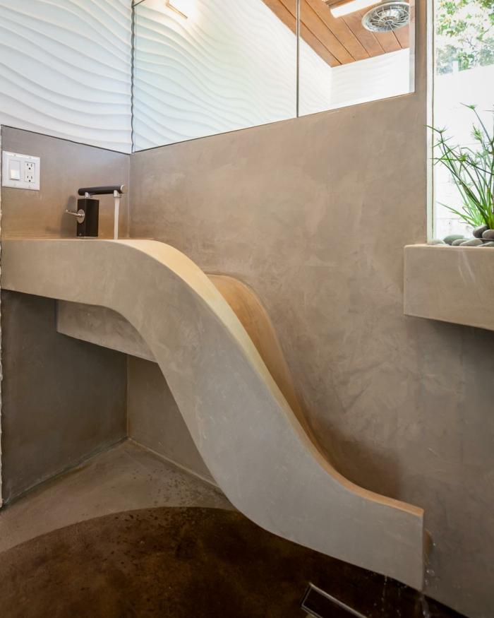 Badezimmer in Beige gestalten, Naturfarben im Bad, Eckspiegel über das Waschbecken, Bad mit kleinen Steinen und Pflanzen dekorieren, Duschkabine mit Decke mit Holzverkleidung