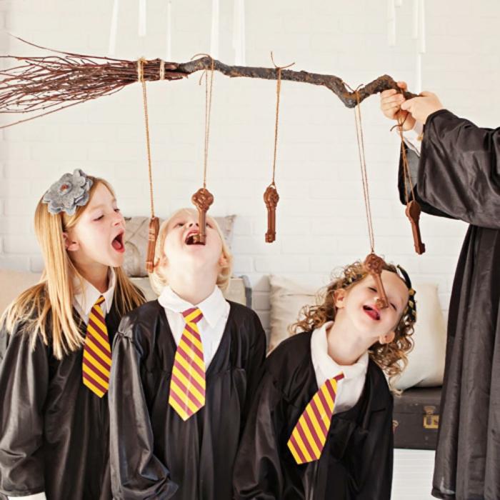 Harry Potter Karneval Motto - ein Hexenbesen, von dem Schokolade Schlüssel hängen