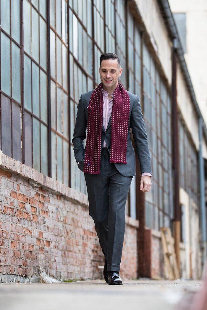 mit fliege anzug tragen, mit krawatte oder nichts von den beiden sondern ein fichu oder schal roter schal rosa hemd graues outfit