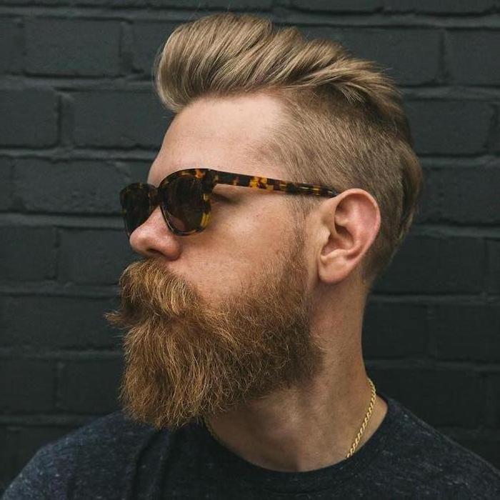 Hipster Bart und Kurzhaarfrisur, dunkle Sonnenbrille, goldene Kette und schwarzes Top