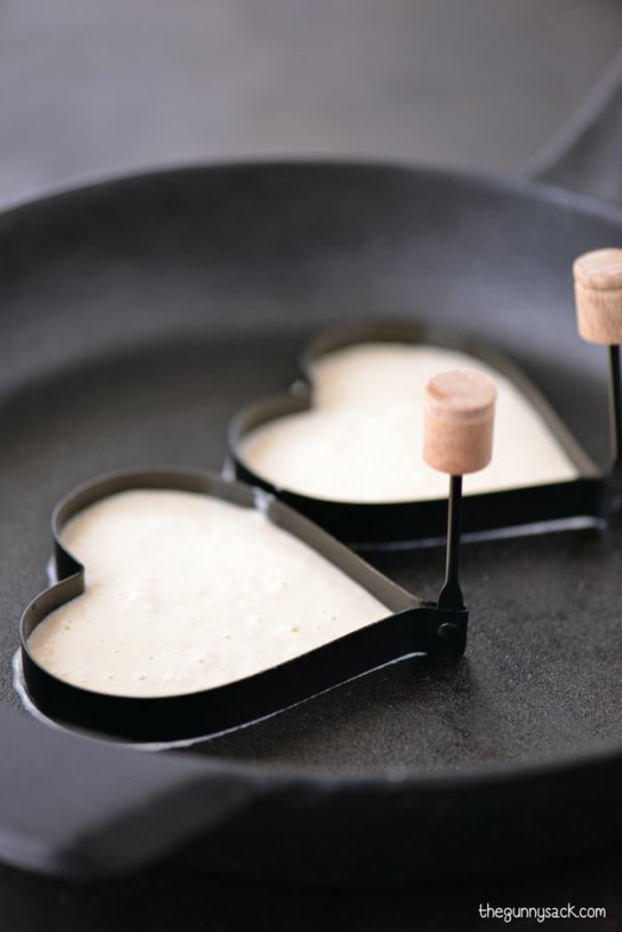Herz-Pfannkuchen selber machen, romantisches Frühstück zum Valentinstag servieren, schöne Überraschung für ihn