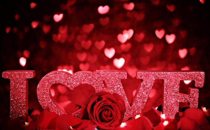 vier Buchstaben, die Love bilden - Bilder Romantik - rote Rose und Herzchen