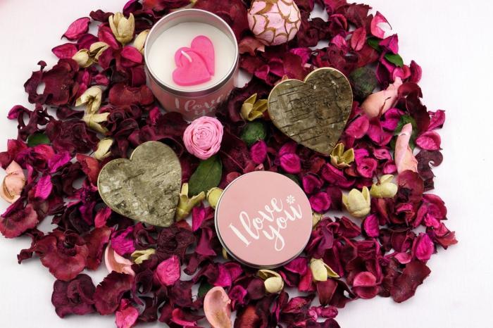 Dekoration zum Valentinstag - zwei Herzen aus Holz, eine Creme Ich liebe dich, Rosenblüten