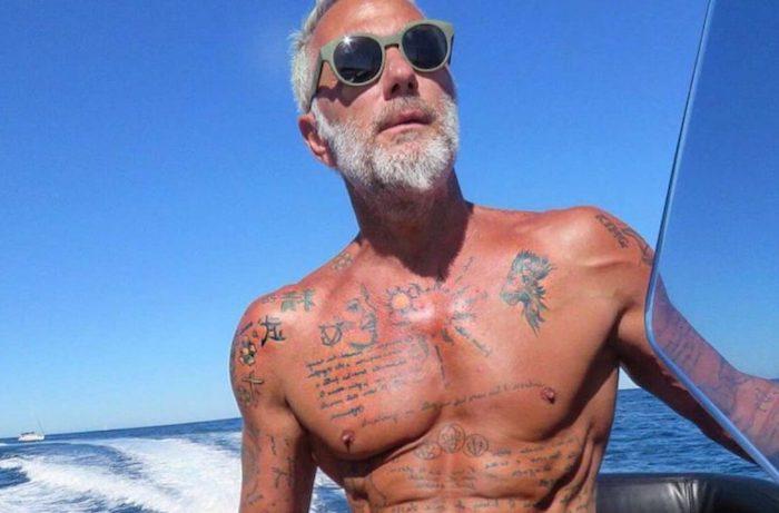 hipster bart bohemian style gianluca vacchi mann mit vielen tattoos fünfzig jahre alt brille yacht meer ozean seefahrt
