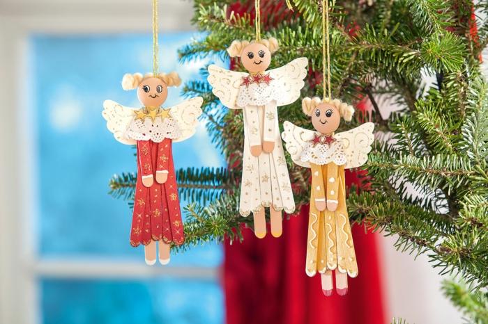 holzengel basteln weihnachtsengel basteln engel basteln aus naturmaterialien engel aus holzstäbchen und papier machen drei engel auf tannenbaum hängen
