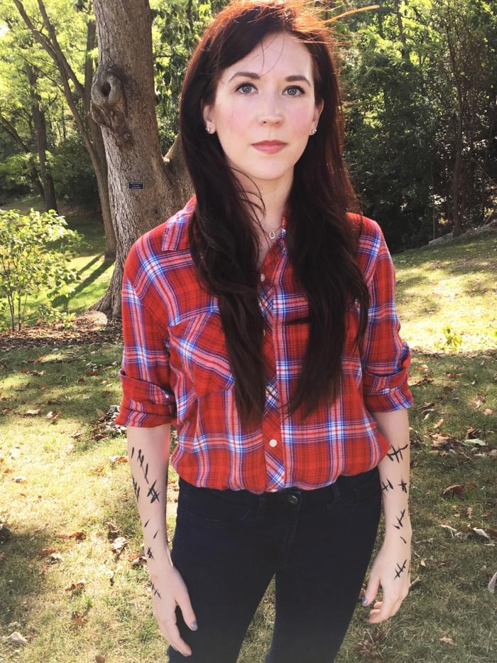 eine Holzfällerin, ein rotes Hemd, schwarze Hose und Narben mit Filzstift bemalt - beste Faschingskostüme