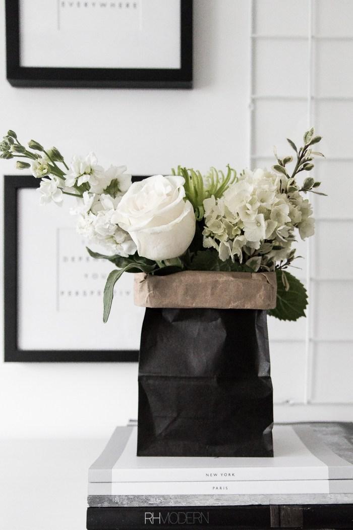 schöne ideen valentinstag geschenke für freund frau oder mann weiße blumen in vase und schwarze papierverpackung