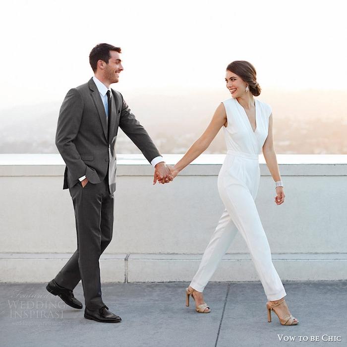 festlicher jumpsuit für die dame und grauer anzug für den mann ehepaar neu geheiratet schöne ideen verliebtes paar
