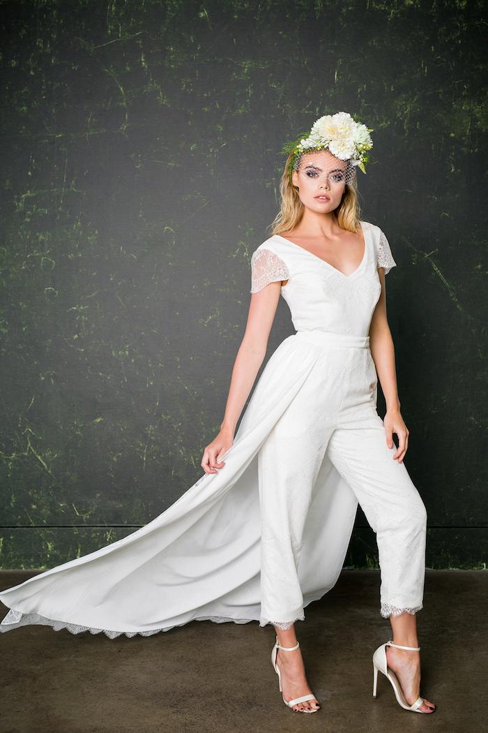 jumpsuit elegant idee für damen brautmode zum inspirieren weißer blumenkranz kurze hosenbeine spitze model kurze ärmel aus spitze