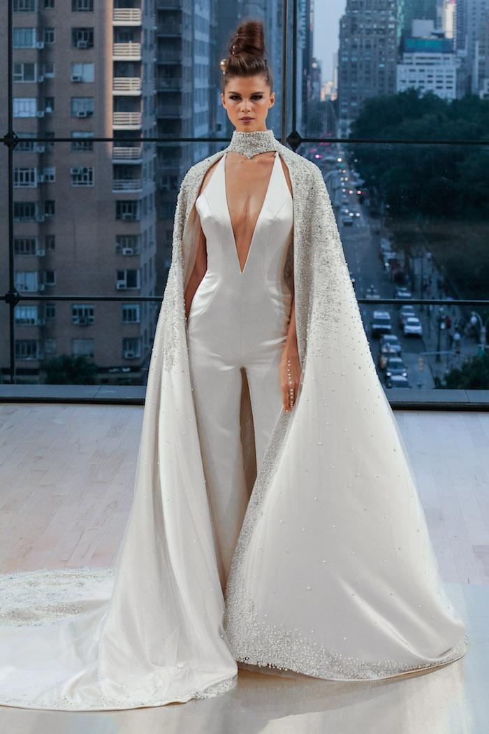 idee für jumpsuit elegant weiß und silbern modell ideen bodenlange schleife glänzender stoff designer ideen