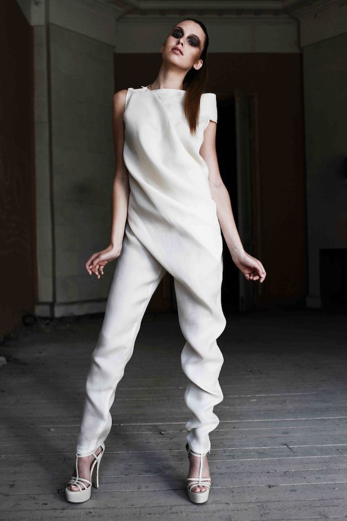 idee für eleganter jumpsuit damenmode styling gebundene haare smokey augen augenmakeup