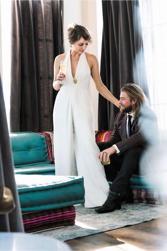 jumpsuit elegant mode für damen und herren verlobte neugeheiratete mann mit langen haare und vollbart und seine ehefrau