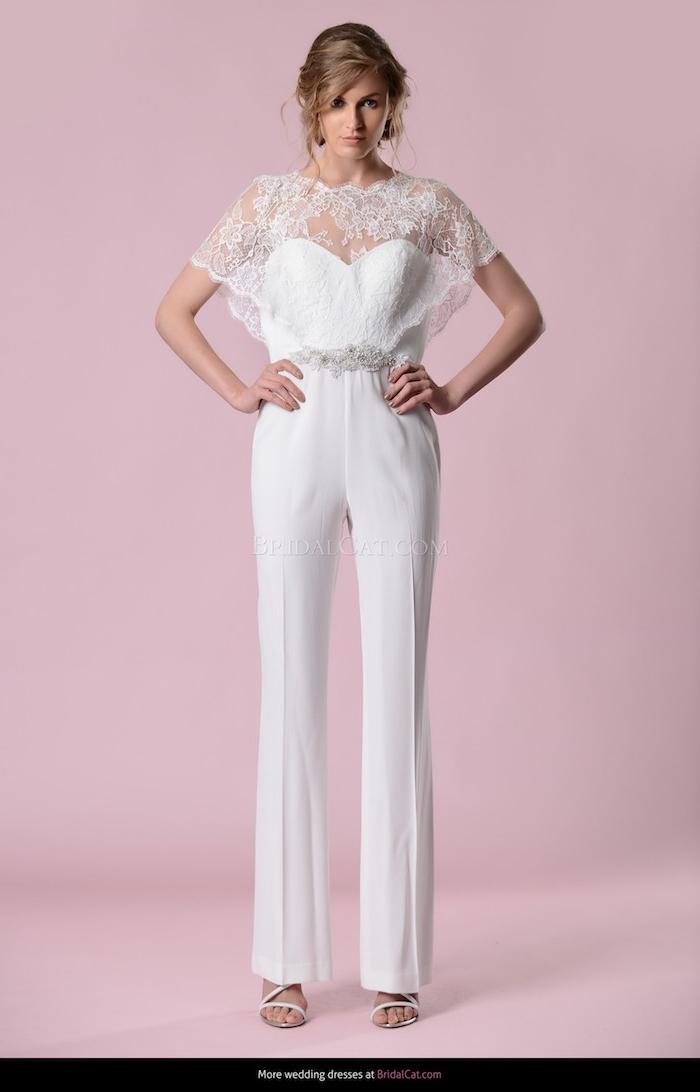 eleganter jumpsuit in weißer farbe mit silbernen dekorationen an der taile und spitze motive schleife deko idee schöne braut
