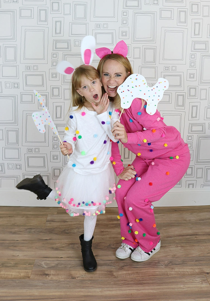 beste Faschingskostüme, weißes Kleid und rosa Jumpsuit, Hasenohren, Kostüm für Mutter und Tochter