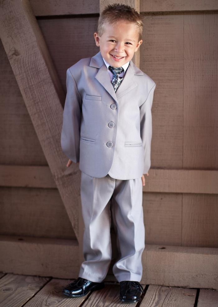 fliege anzug für kleine herren gentleman mit 5 jahren alt hellgrauen anzug tragen elegant lächeln niedlich und charming