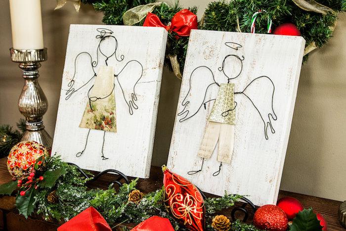 engel aus holz basteln - tannenbaum und rote weihnachtsdekoration und weiße kerzen - zwei engel mit weißen flügeln