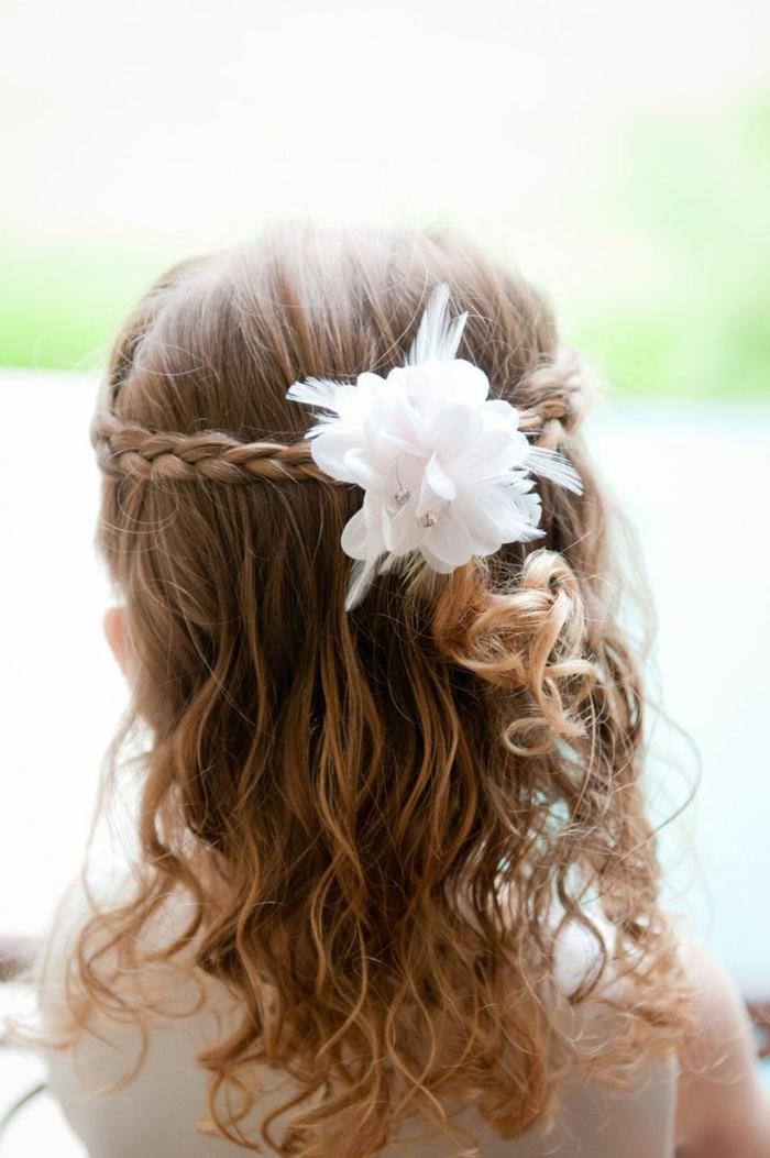 leichte Frisuren - ein kleines Mädchen mit Flechtfrisur und eine weiße Blume in Haaren