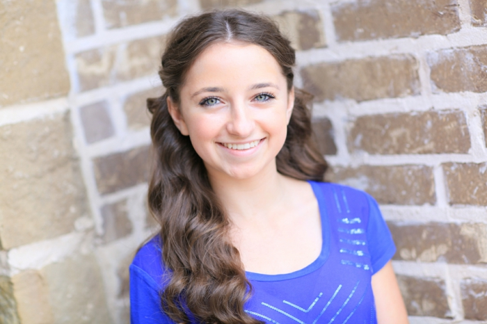 ein erwachsenes Mädchen, das eine Kinderfrisur präsentiert - coole Frisuren