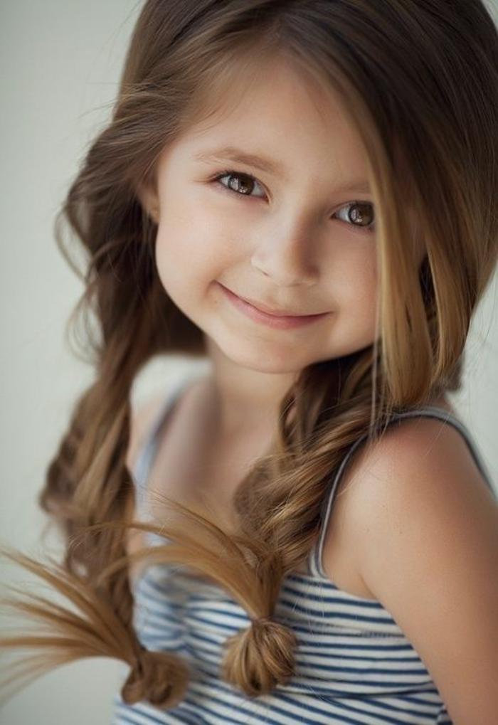 coole Frisuren - ein braunhaarigen Mädchen mit ausgefallener Zopffrisur