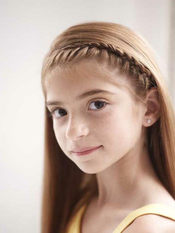 leichte Frisuren - ein Seitenscheitel Zopf von Mädchen mit roten Haaren
