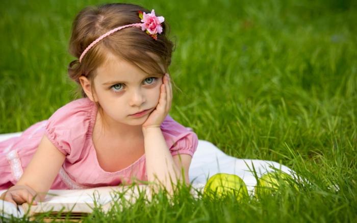 ein kleines Mädchen mit einem rosa Kleid und ein Haarband mit rosa Blume - leichte Frisuren für echte Prinzessin