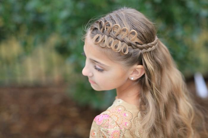 coole Frisuren - ein Mädchen mit blonden Haare, eine schleife Weise, die Haare zu stylen