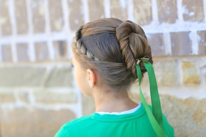 leichte Frisuren - ein Mädchen mit einer festlichen Frisur, grüne Schleife als Dekoration