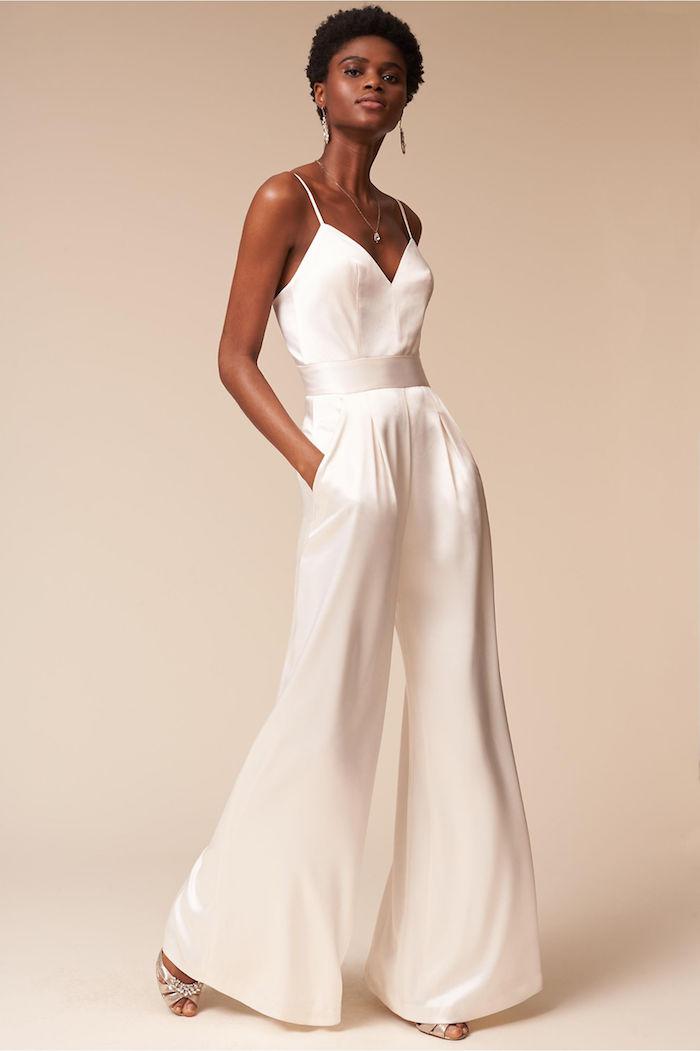 einteiler mode für damen breite hosenbeine ein jumpsiutmodel ohne ärmel sommer outfit idee für braut