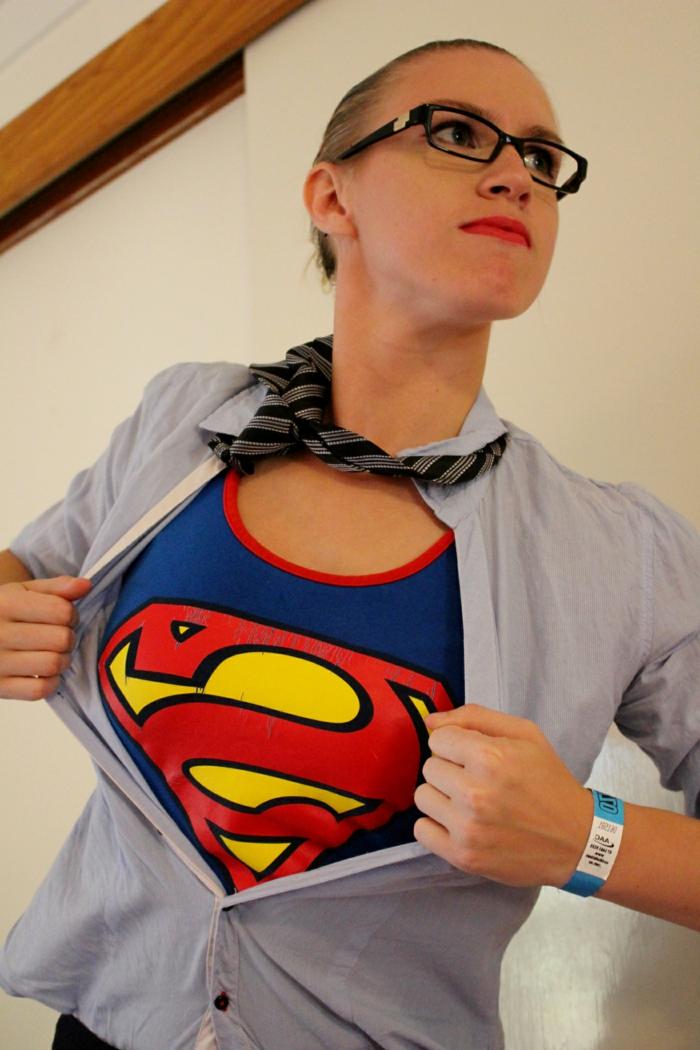 beste Faschingskostüme, Unterhemd von Supermann, ein blaues Hemd und eine Krawatte