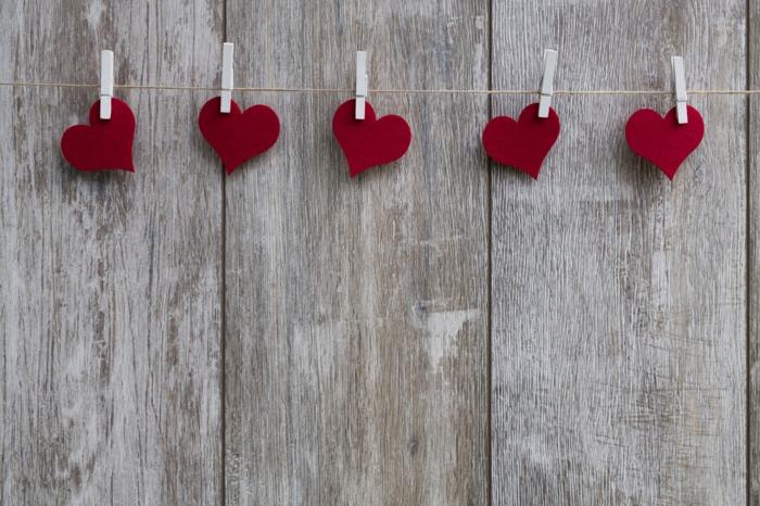 fünf Wäscheklammer tragen fünf Herzchen, Dekoration zum Valentinstag