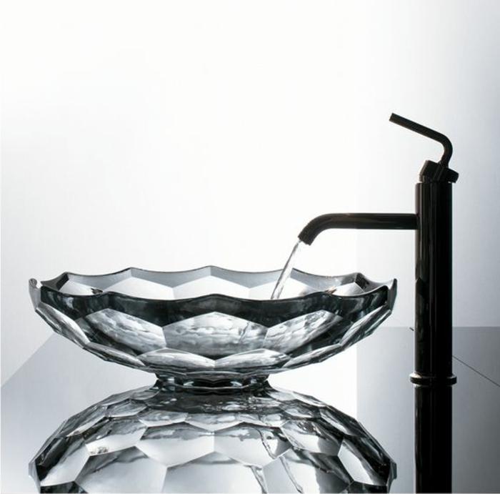 Kristallbecken mit Kanten mit Metallüberzug, schwarzer Tisch mit Glanzfläche, Tisch mit Spiegelfläche
