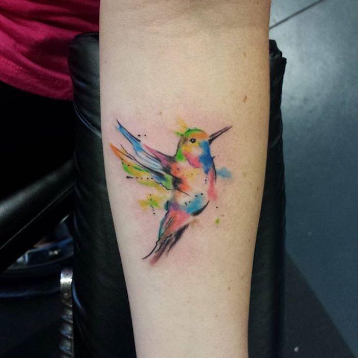 kolibri bedeutung, farbige tätowierung am unterarm, wasserfarben