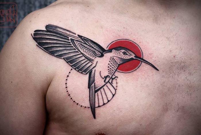 kolibri tattoo an der brust, vogel mit rote sonne, tattoos für männer