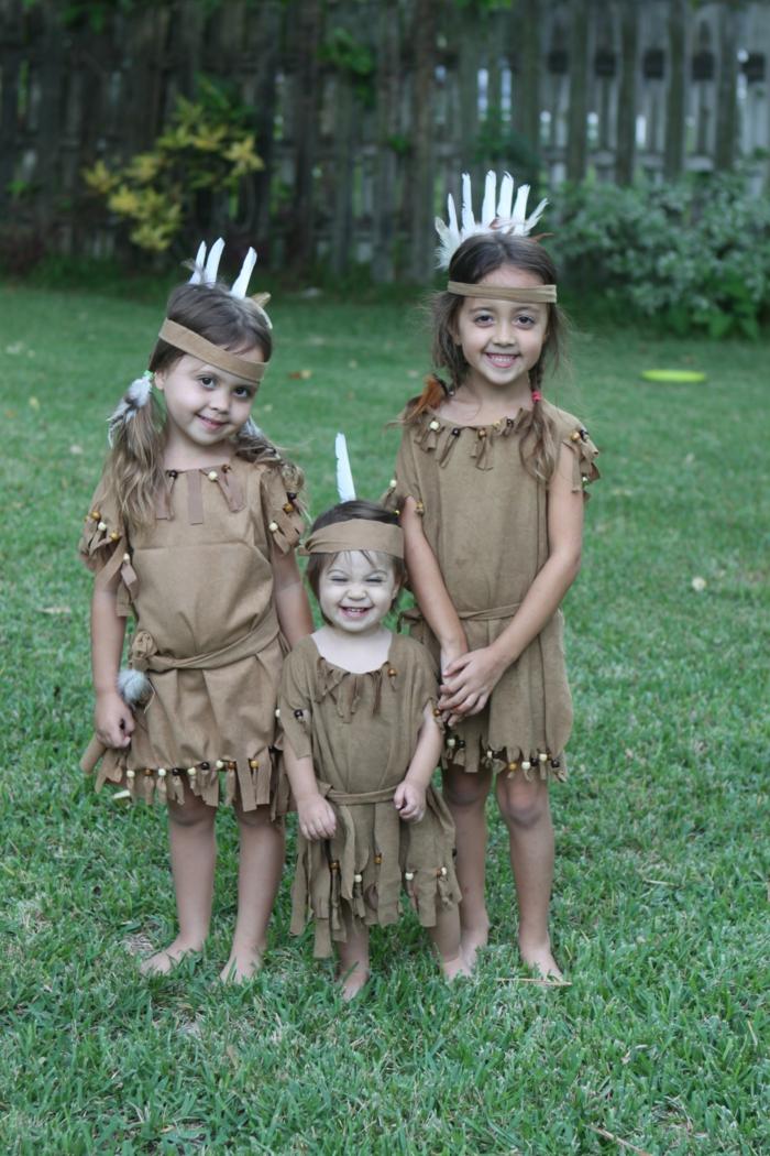 drei Schwesterchen mit braunen Kleidern stellen Indianer dar, beste Faschingskostüme