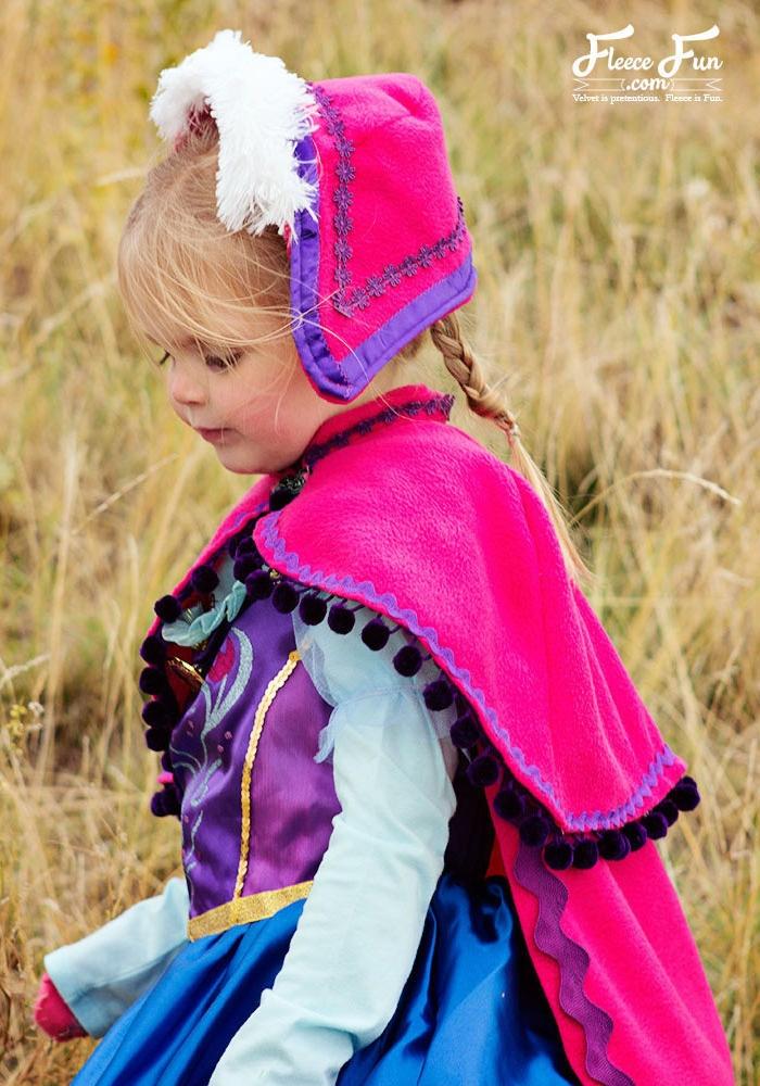 Anna Kostüm für kleine Kinder, bunter Kleid mit Umhang und Mütze, langer Zopf