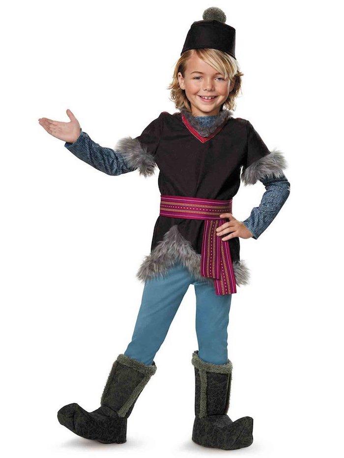 Eiskönigin Kostüm für Jungen, braune Bluse mit Pelz-Manschetten und violettem Gürtel, hellblaue Hose und schwarze Stiefel