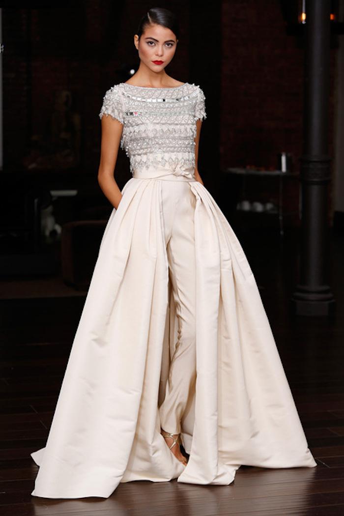 kreatives design für jumpsuit elegant damenmode inspiration silberne elemente am oberen teil des kleides gebundene haare glänzend mode