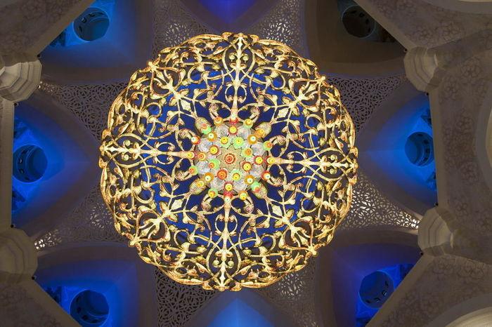 der größte Kronleuchter der Welt in Scheich Zayed Grand Moschee in Abu Dhabi in den Vereinigten Arabischen Emiraten