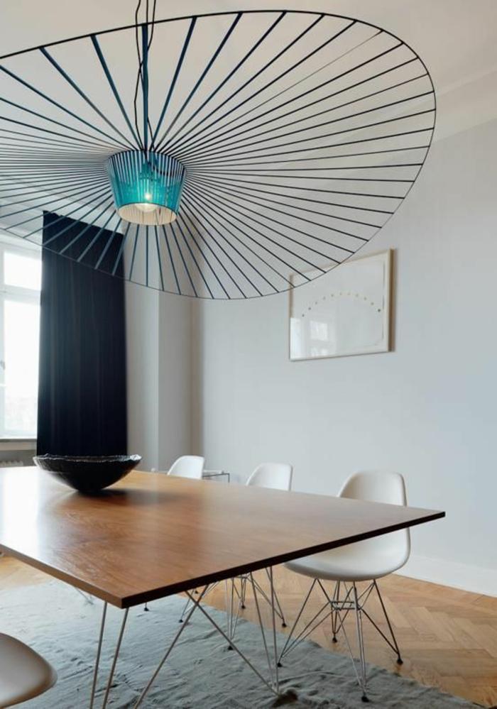 moderner Lüster aus Metall mit runder Form, Esszimmer minimalistisch einrichten - Esstisch mit minimalistischem Design, schwarze dekorative Schüssel, minimalistische Stühle in weißer Farbe