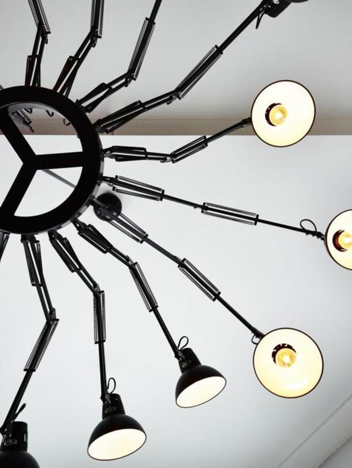 schwarzer Leuchter mit industrialem Design für mehrere Glühbirnen