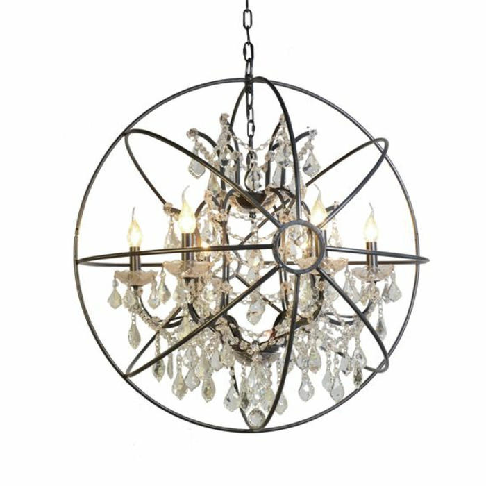 Lüster mit runder Form aus Metallreifen mit vielen Kristallen und Glühbirnen mit Kerzenform