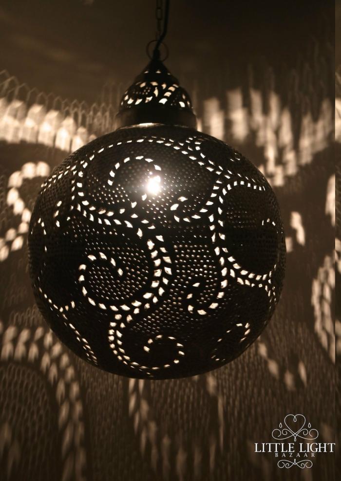 runde Lampe aus Edelstahl mit vielen kleinen Löchern in der Form von Spiralen