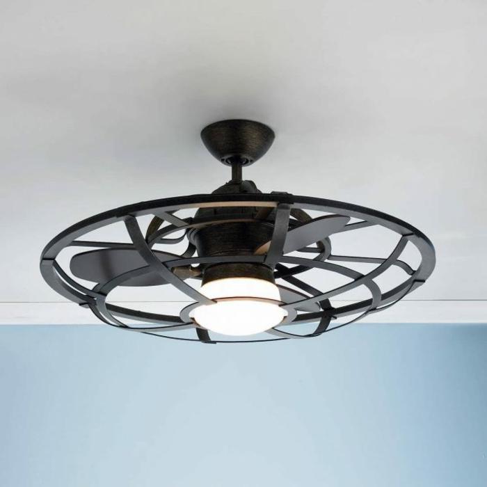 Deckenlampe aus schwarzem Edelstahl mit Ventilator und Propeller, weiße Zimmrdecke und hellblaue Wand