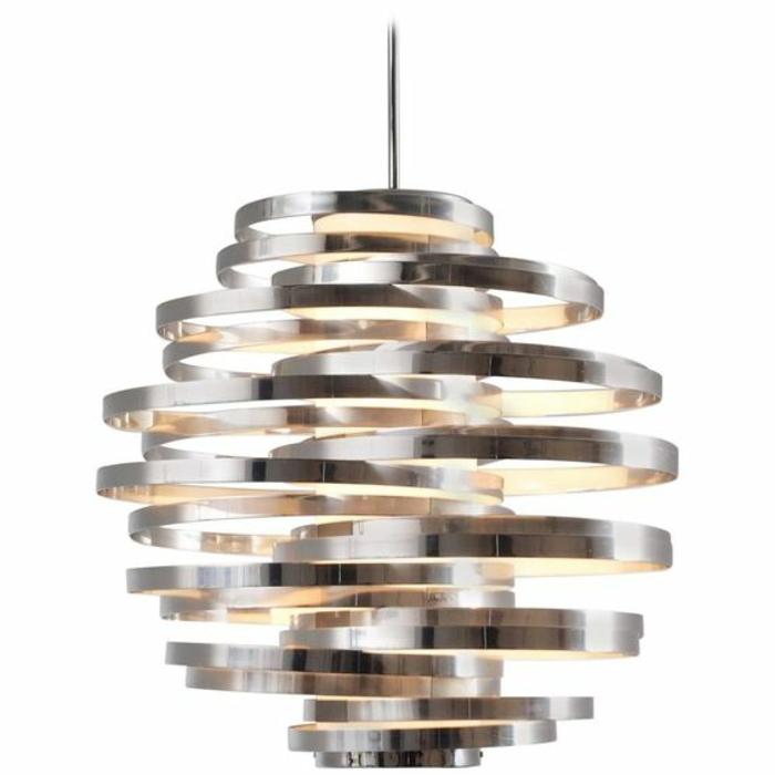 viele metallene Reifen mit unterschiedlicher Größe, Lampenschirm aus metallen Disks