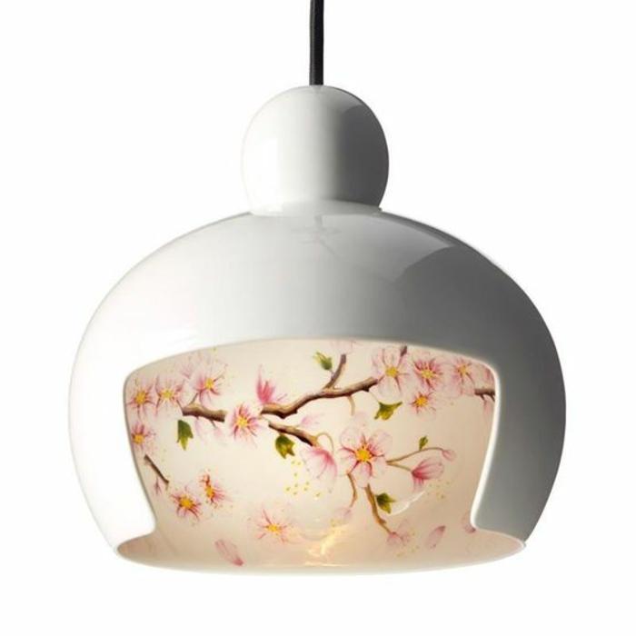Lampenschirm aus weißem Porzellan mit Naturmotiven - Baumzweige mit rosa Blühten