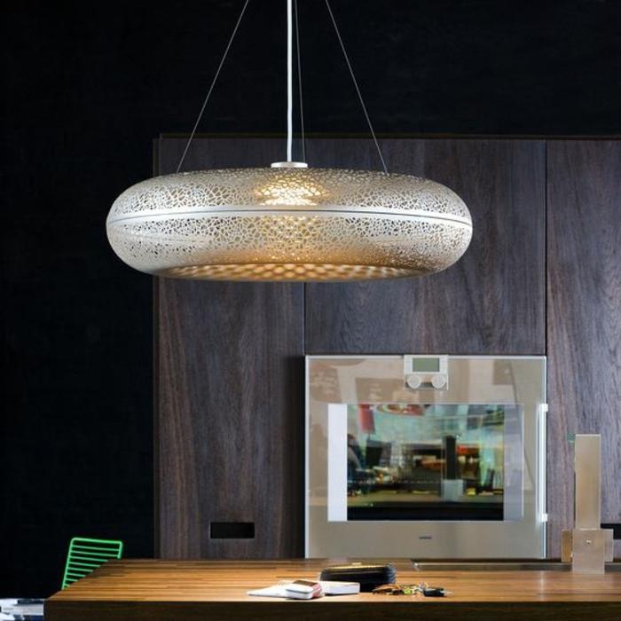Designer-Lampe aus Edelstahl mit runder Form, großer Tisch mit einem Bild darauf