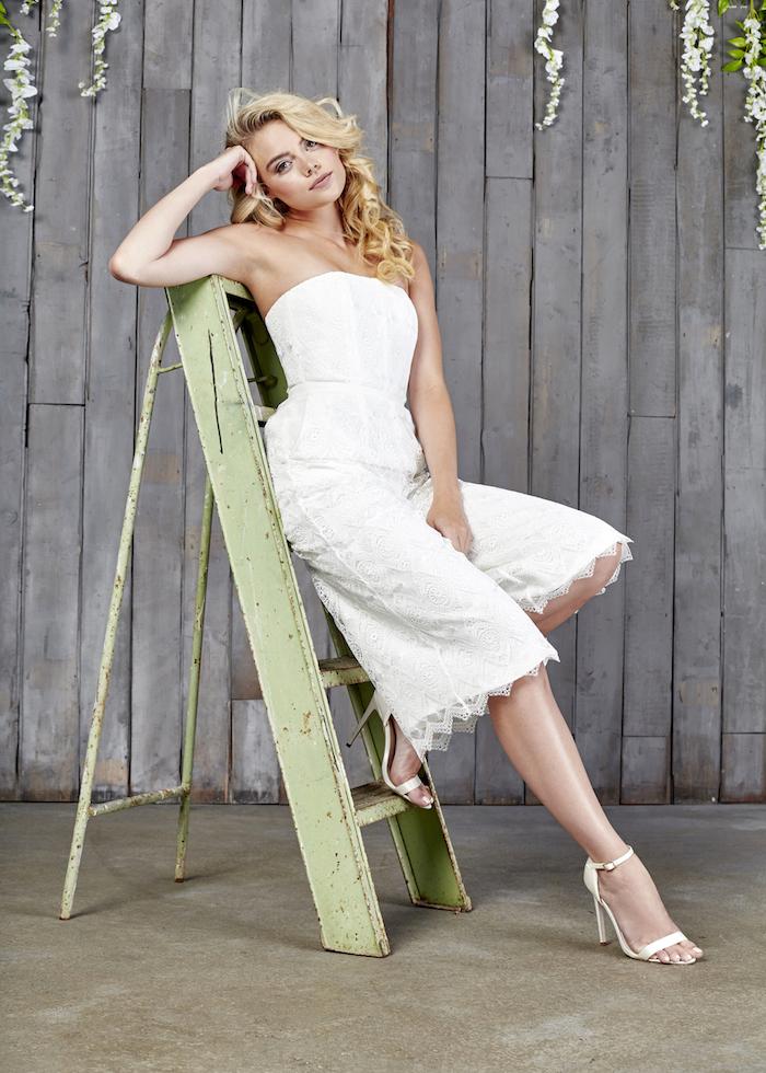 kurzer jumpsuit elegant mode für braute spitze design ideen blonde haare lockig und schön eine leiter bild